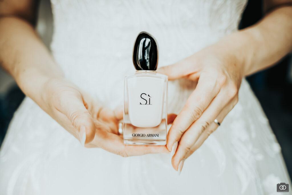 close up foto van bruid met fles parfum van Giorgio Armani si