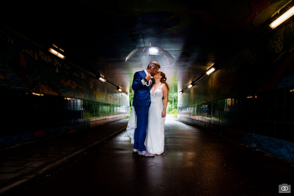 trouwfotos-trouwfotograaf-bruidspaar-paraplu-donker