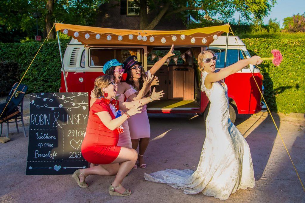 bruid-gooit-bloemen-foto-fotografie-bruiloft