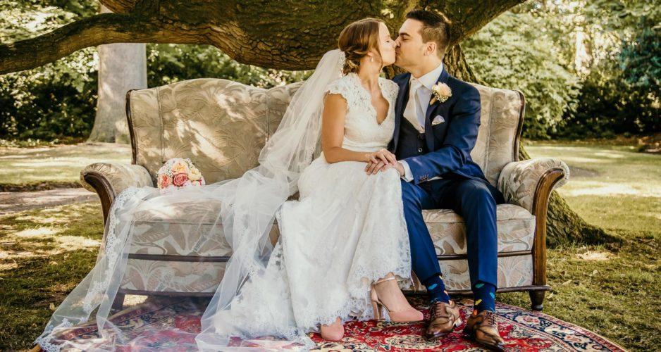 bruidspaar-bank-trouwfotograaf-kus-bruiloft-fotografie