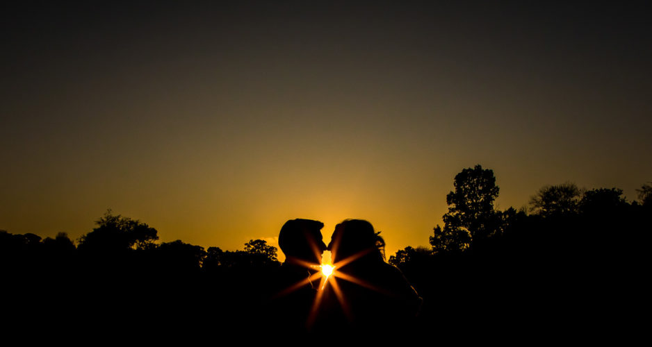 zonnestralen door bruidspaar slilhouette photoshoot