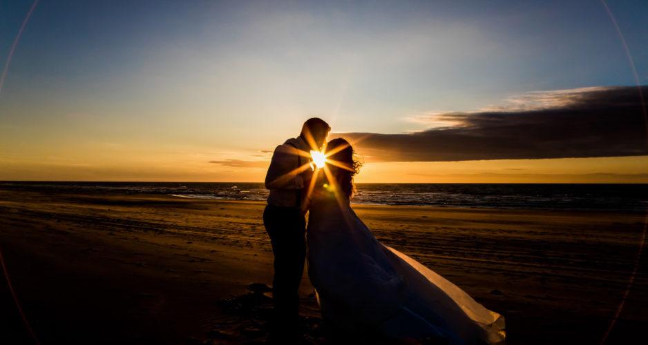 bruidspaar-zonsondergang-goldenhour-trouwfotograaf-goedkoop